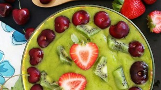 Green Glowing Smoothie Bowl