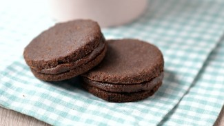 Raw Chocolate-Maca Sandwich Cookies